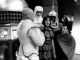 Verity Lambert cercada por monstros