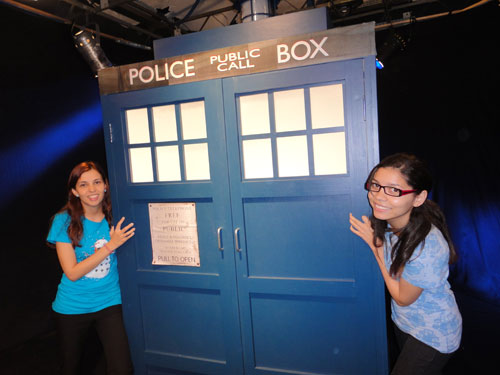 thais pond e aline com a tardis Chat de Doctor Who na TV Cultura