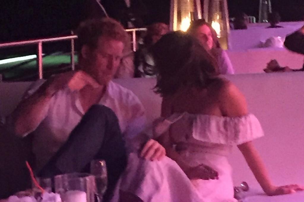 Príncipe Harry e Jenna Coleman durante a festa